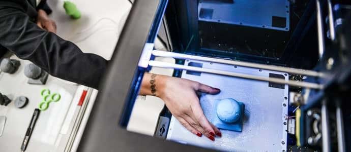 Le FabLab est doté d'un atelier de création et d'une imprimante 3D, cet espace permet de stimuler sa créativité et de créer des objets en 3 dimensions