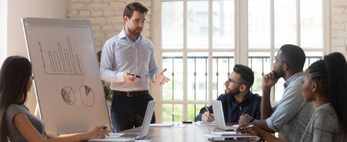 Le Responsable de Formation assure la formation des salariés tout au long de leur carrière